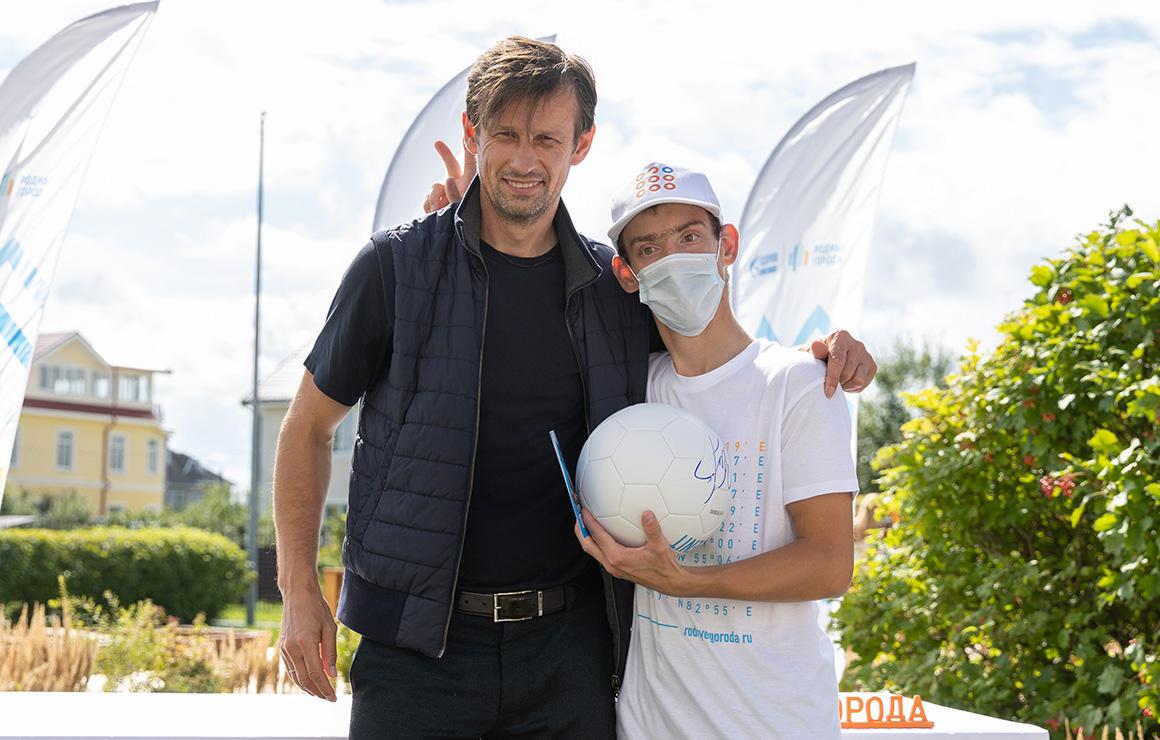 Волонтеры «Газпром нефти» создали сенсорный сад для специализированного детского дома